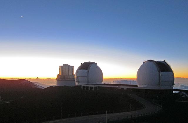 ハワイ・マウナケア山頂のすばる望遠鏡とケック望遠鏡。
