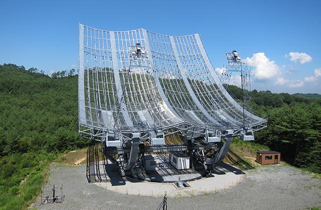 飯舘村にある高さ30mを越える大型電波望遠鏡。惑星からの微弱な電波信号を捉える。