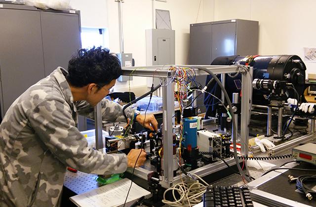 ハワイ大学で、東北大学から運び込まれた装置の実験が始まった。