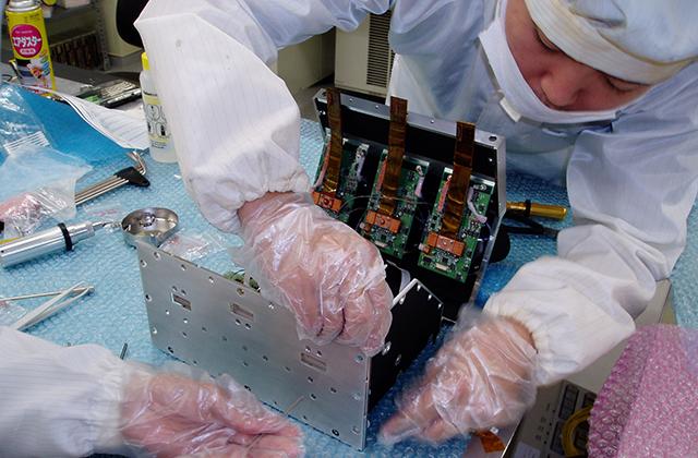 先端技術の装置の開発には、細心の注意と集中力が求められる。